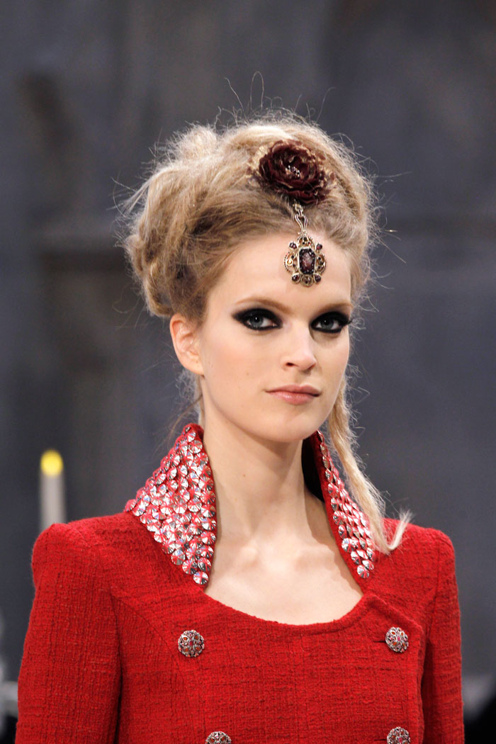 Head jewellery and a tailored cut with casually coiffed hair and dramatic eye makeup – Chanel shows us how it's done.
