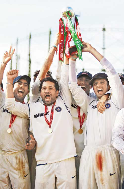 Dinesh Karthik, Sachin Tendulkar and India captain Rahul Dravid, celebrate their series win against England